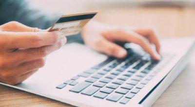 Man voert online betaling uit op laptop