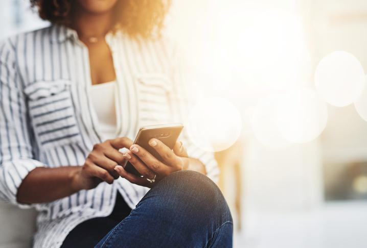 Vrouw zoekt op mobiel en tikt op een advertentie in google